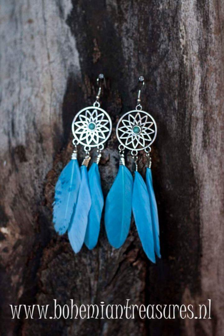boho dromenvanger oorbellen blauwe veertjes