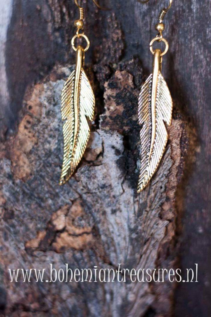 boho oorbellen met goudkleurig metalen veer