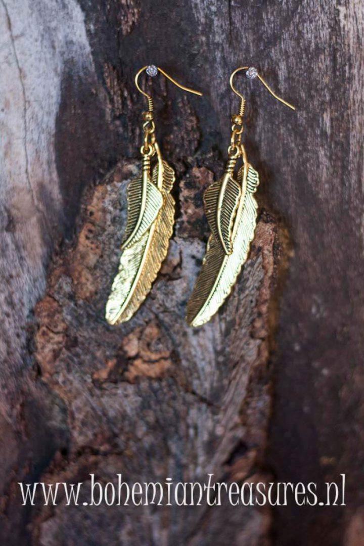 boho oorbellen met goudkleurig metalen veertjes