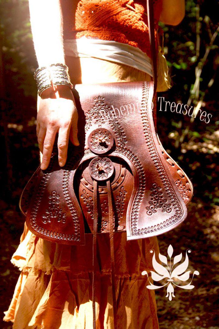schoudertas in gitaarvorm van tuigleer handgemaakt donkerbruin met gestempelde decoratie