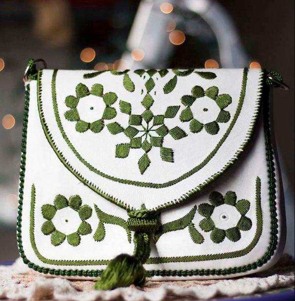 schoudertasje leer wit met zijde olijfgroen borduursel e
