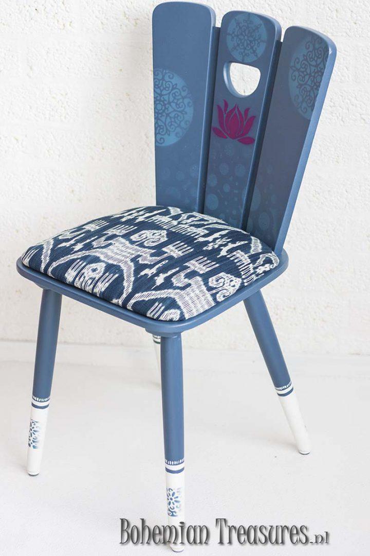 stoel in denim blauw met lotusbloem en zachte mandala s