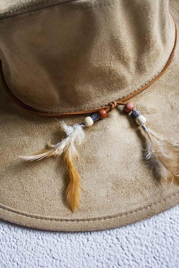 beige ibiza hoed met veertjes