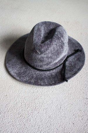 grijze hoed ibiza look