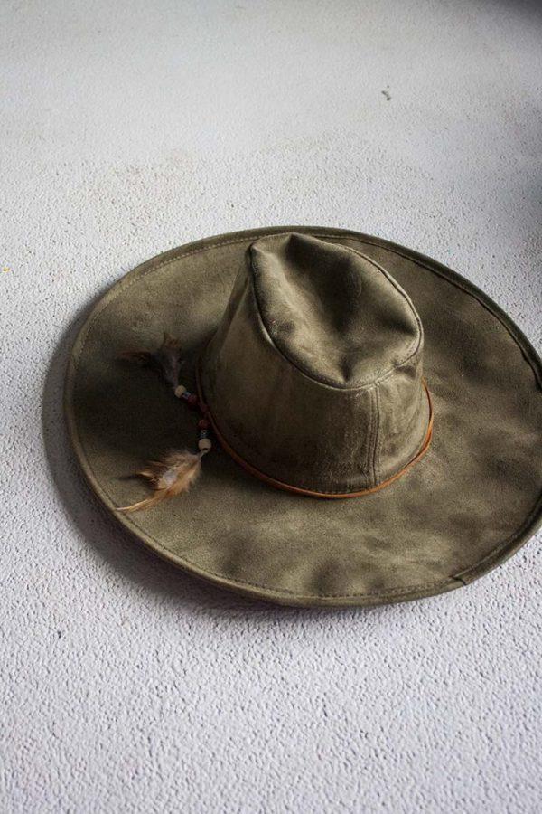 natuurgroene ibiza hoed met veertjes