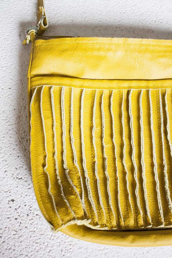 Schoudertas geel leer met rits en gestikte banen deco van Vlinderz