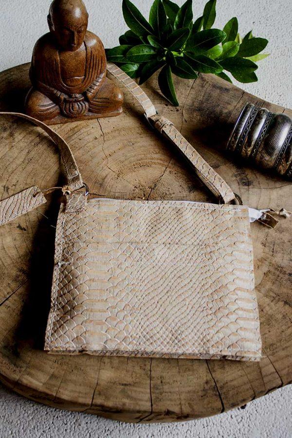 Schoudertasje clutch van kurk met krokodillen reliëf van Vlinderz