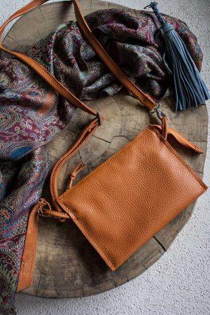 Schoudertasje clutch van oranje leer met veel vakjes van Vlinderz
