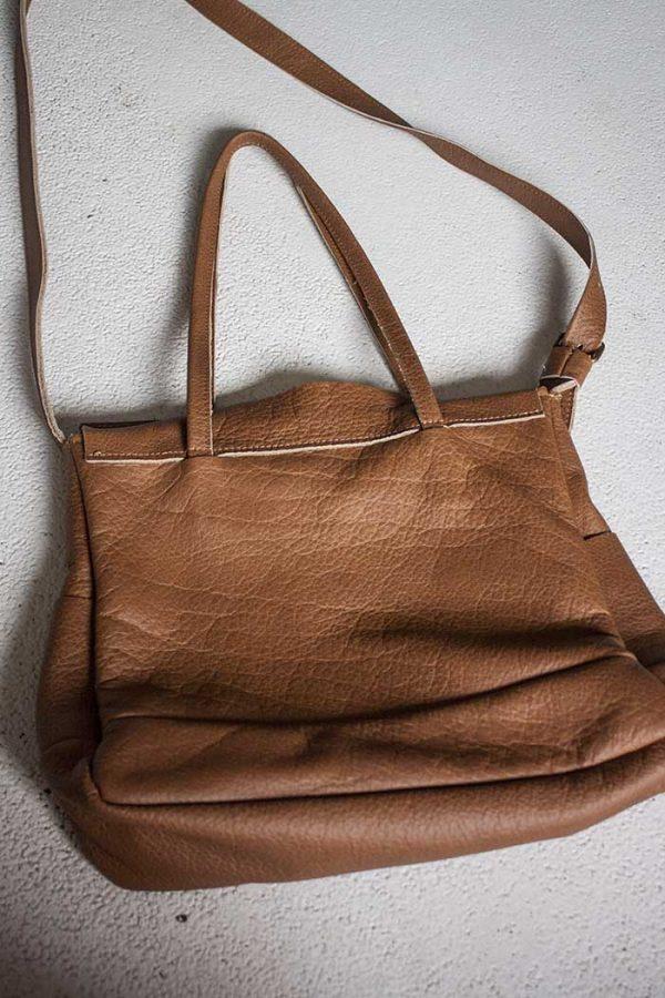 schoudertas met flapvan bruin leer met handvaten en meerdere vakken