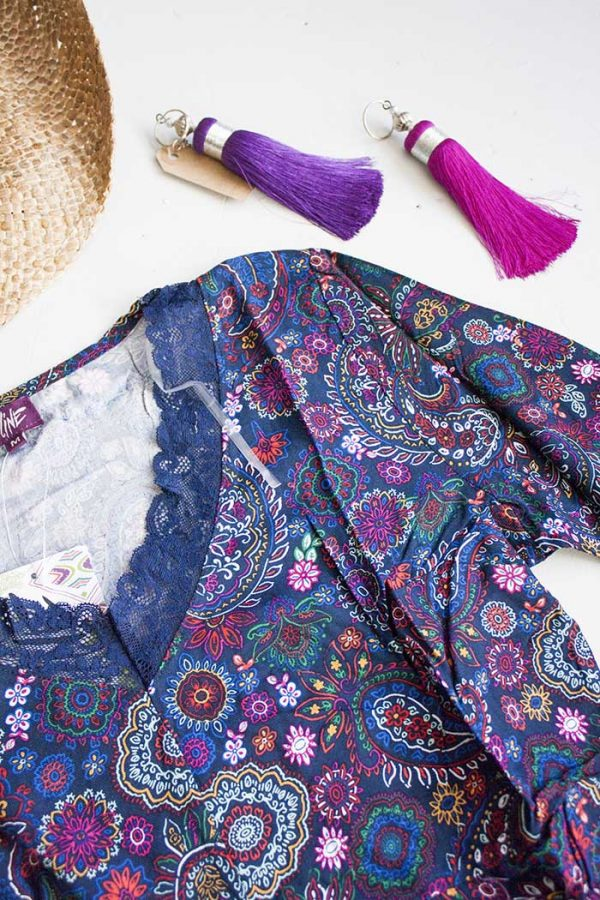 Tuniek viscose donkerblauw met roze en paarse bloemetjes en kant