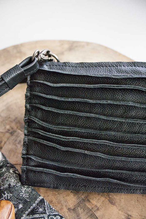 Clutch zwart met relief stiksels