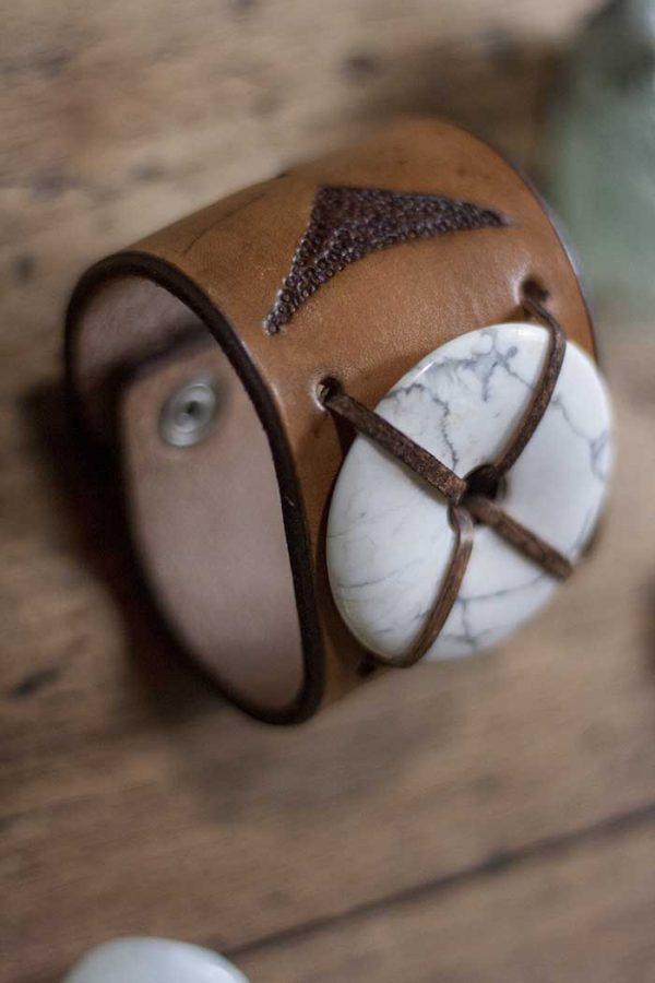 armband tuigleer met howliet donutsteen