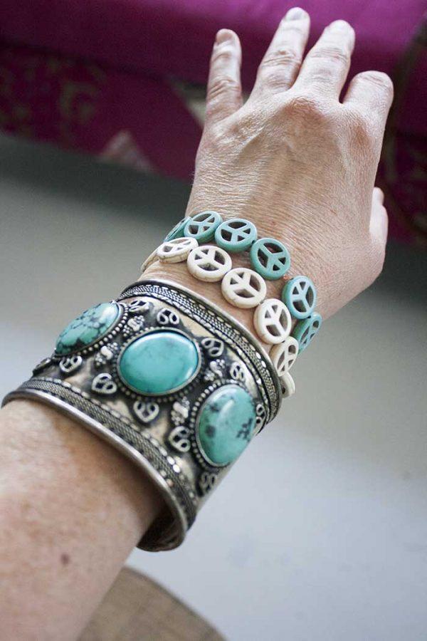 armbandje vredestekens turqoise en wit