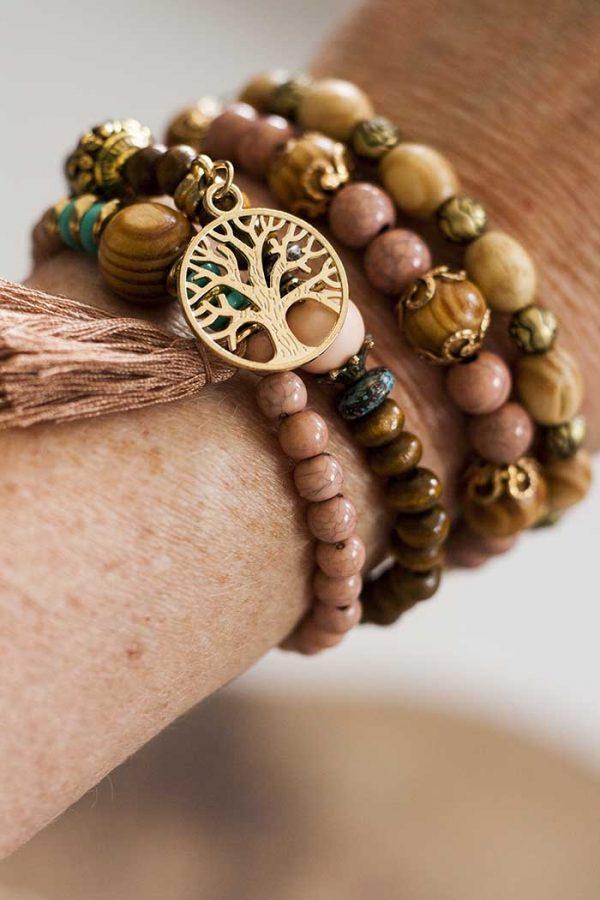 armbandjes hout  stuks met veertje enz