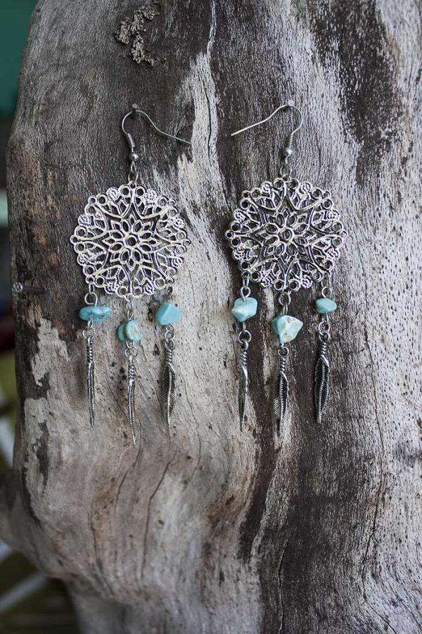 zilveren mandala met steentjes en veertjes