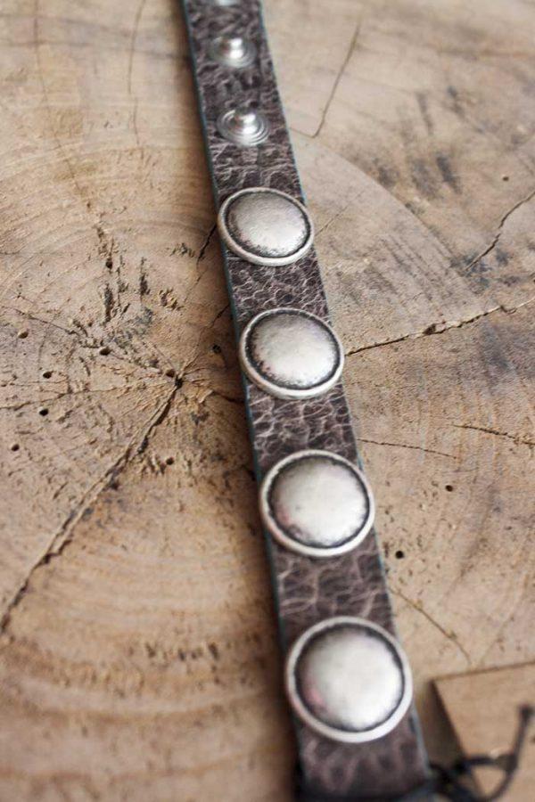 Armband relief leer grijsbruin met ronde stoere studs Rove