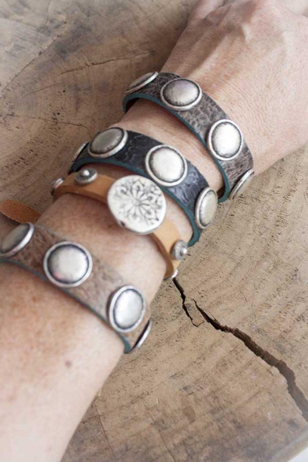 Armband relief leer zwart met ronde stoere studs Rove