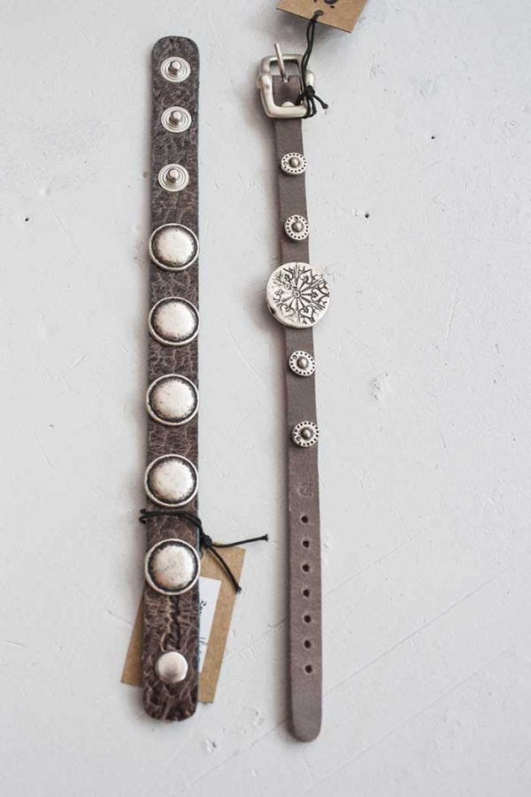 Armbandje smal leer donker grijsbruin met coole ornamentjes Rove