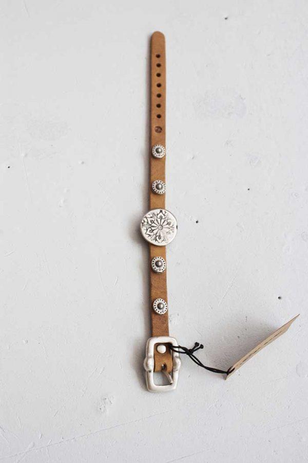 Armbandje smal leer lichtbruin met coole ornamentjes Rove