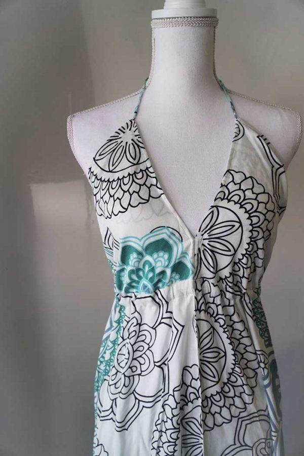 Lange jurk met open rug en stroken wit met petrolgroene mandalas