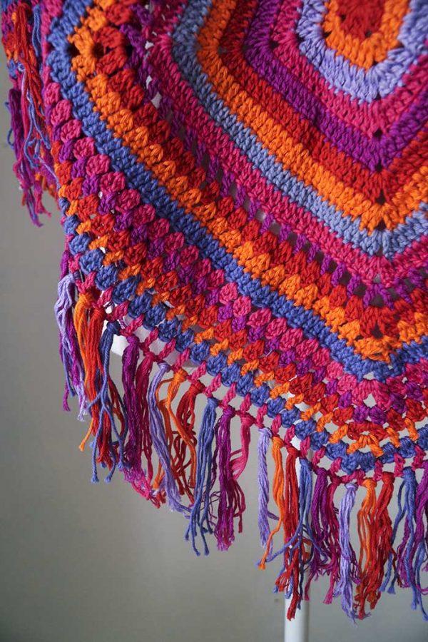 poncho gehaakt rood oranje roze paars ruiten