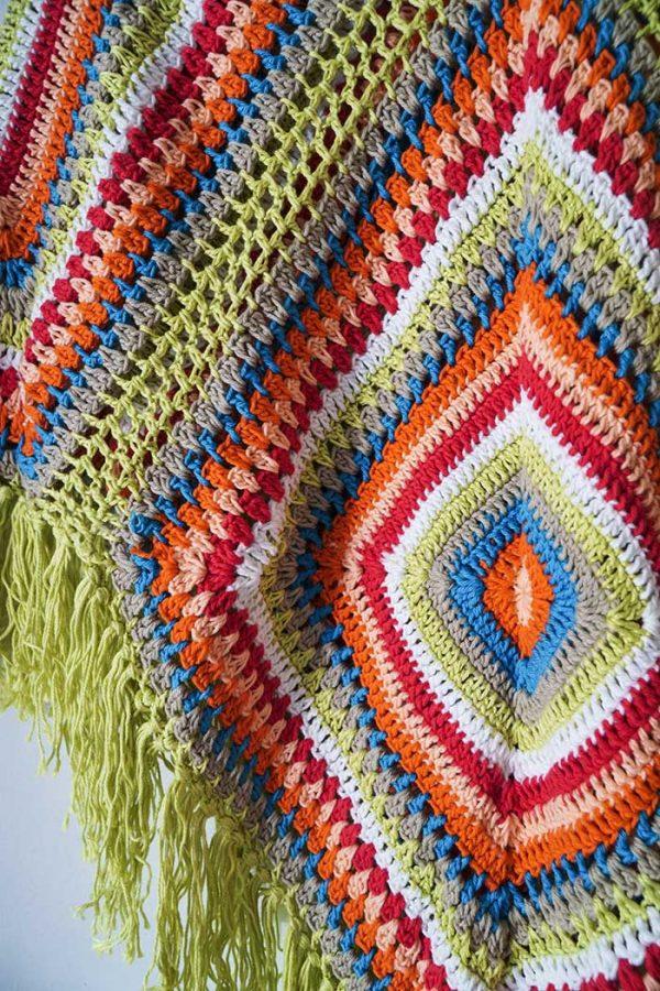 poncho gehaakt zacht geelgroen met oranje blauw wit en rood