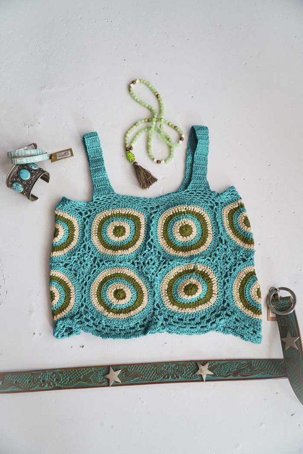 Hemdtop gehaakt emerald met olijf en roomwitte rondjes