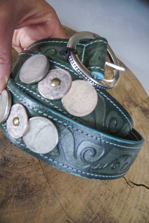 Riem Rove leer donkergroen met relief en munten